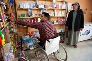Algunos refugiados escapan con vida pero con heridas; algunos otros sufren de heridas menos visibles como trastornos de estrés postraumático. Este hombre, desplazado interno de Iraq, perdió ambas piernas en una explosión de una mina.