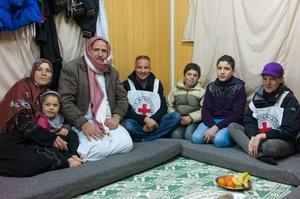 La separación de las familias se añade al estrés de la experiencia de los refugiados. La Cruz Roja trabaja para reunir a los refugiados que han sido separados de sus familias, como este niño que se reunió con sus padres en Jordania.