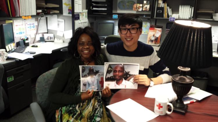 Trabajador Social de RCF, Daniel Kim, con su cliente, Makiwa Rashidi