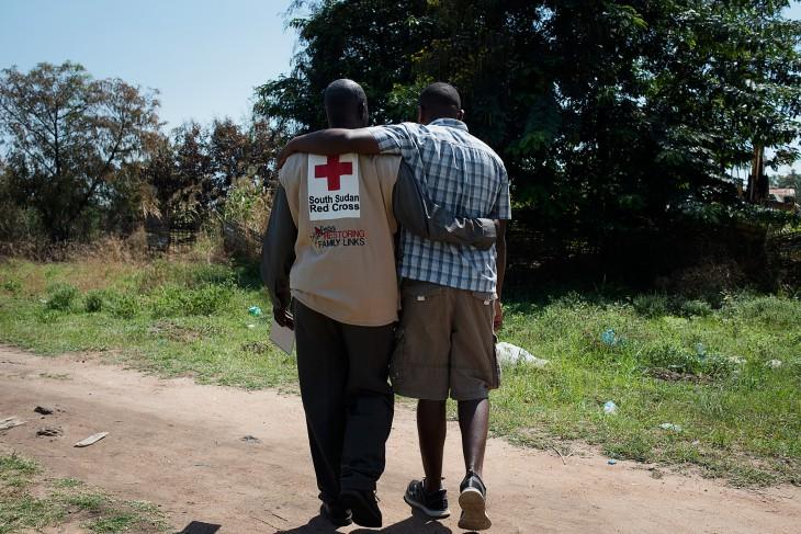 Desde el 2008, la Cruz Roja del Sur de Sudan (CRSS) (antes sociedad de la Media Luna Roja de Sudan), junto con el CICR y los socios de la Cruz Roja/ Movimientos de la Media Luna Roja, han apoyado la creación, entrenamiento y equipado Equipos de Acción de Emergencia (EAE). CC por- NC-ND/CICR/Jacob Zocherman.