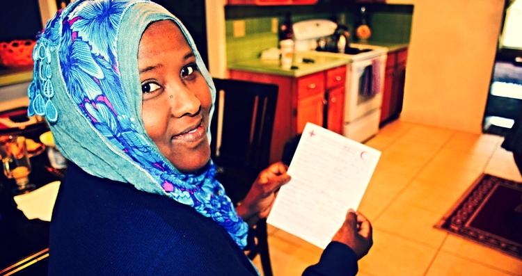 Foto: Amber Bierfreund/Cruz Roja Americana- Khadra Farah recibe un mensaje de la Cruz Roja de su hermana que no ha visto en 20 años.