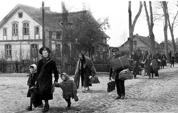 Families fleeing East Prussia in the late 1940's (uncensoredhistory.blogspot.com)