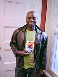 John Kwigwasa sostiene una fotografía de su hermana, que le envió junto con un mensaje de la Cruz Roja.