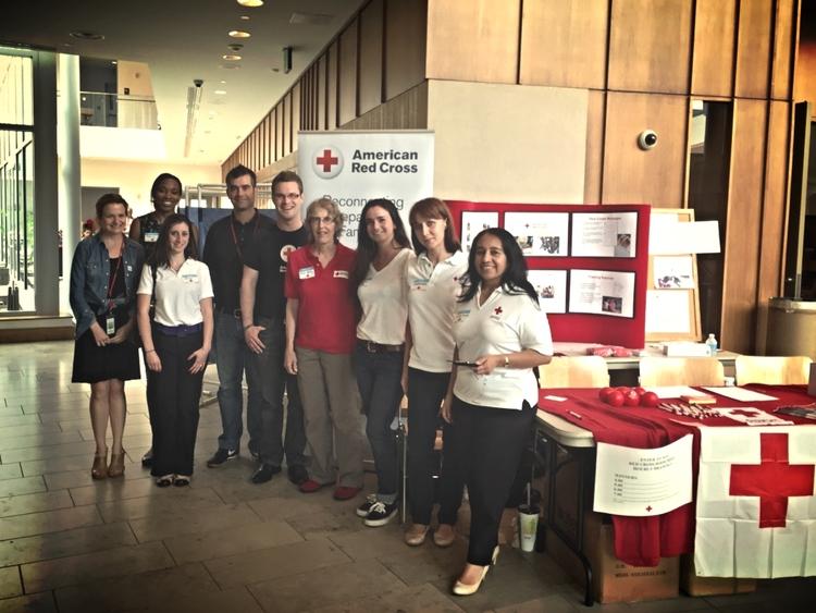 Voluntarios y staff de la Cruz Roja celebran el Día Mundial de los Refugiados en Silver Spring, Maryland, EUA.