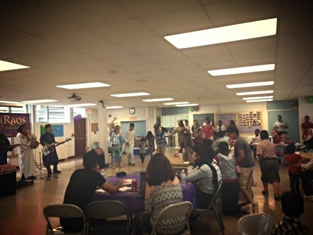 Asistentes del Día Mundial de los Refugiados bailan junto con los artistas