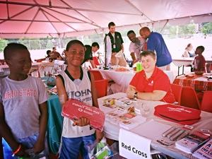 Uno de los jovenes ganadores de la rifa de los kits de primero auxilios