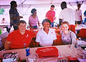 Staff de la Cruz Roja/voluntarios con un miebro de ;a organización Junior League