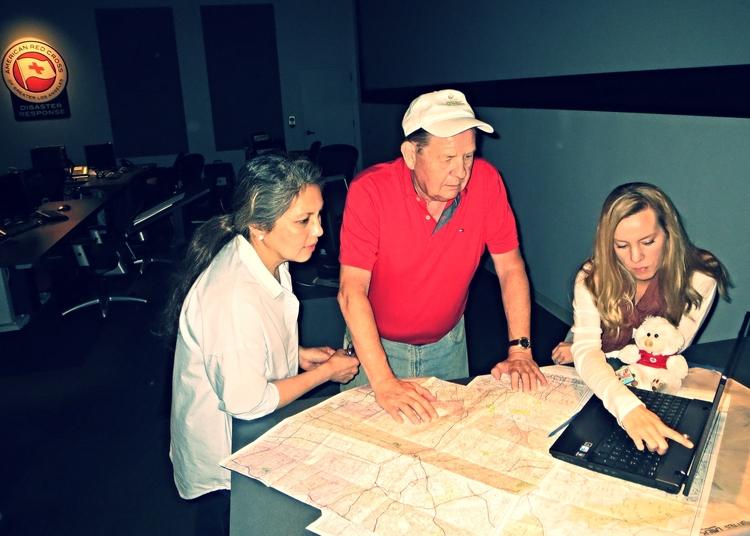 Los trabajadores de caso Carmela Burke y Doug Wiita con la supervisora de trabajos de caso, Kerry Khan, revisan el caso.