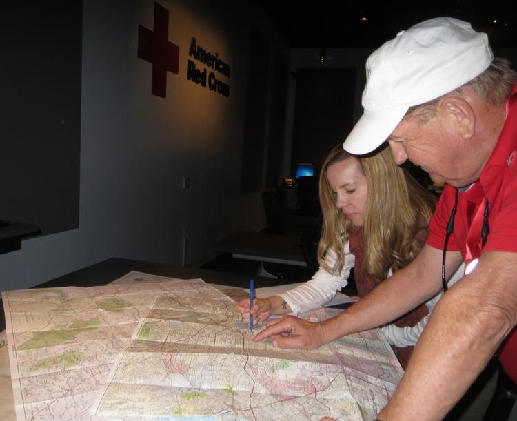 El trabajador de caso Doug Wiita y la supervisora Kerry Khan ven un mapa de Los Angeles para identificar lugares de busqueda.