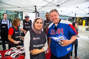 Voluntarios de la Cruz Roja educan al público sobre los problemas de los refugiados y los servicios de la Cruz Roja.