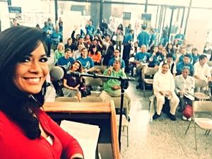 La presentadora de noticias de CBS2 de Chicago, Mai Martinez, se toma una selfie con el público en la Plaza Daley en Chicago.