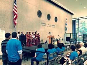 El coro de la iglesia Baptista Chin de Chicago se presenta en el Día Mundial de los Refugiados.