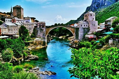 Stari Most es un puente en Mostar, Bosnia Herzegovina. Fue destruido durante la guerra de Bosnia en los anos noventas. Su reconstruccion en 2004 simboliza la reconstruccion de las comunidades a traves de los Balcanes.