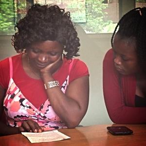 Sifa y su hija Debbie leen una carta del esposo de Sifa. Este fue el primer contacto que tuvieron con él en seis años.