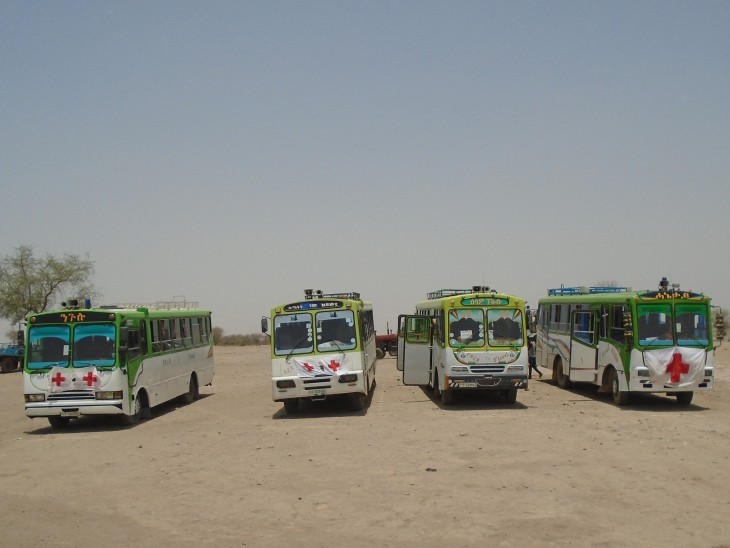 Buses used by ICRC and the Ethiopian Red Cross Society (ERCS), at the border with Sudan, facilitate the transport of returnees to their families in Ethiopia.