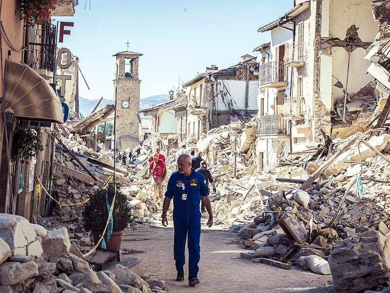 Rescuers search for victims in damaged buildings after a strong earthquake hit Amatrice. Photo credit: Manuel Romano, Nurphoto