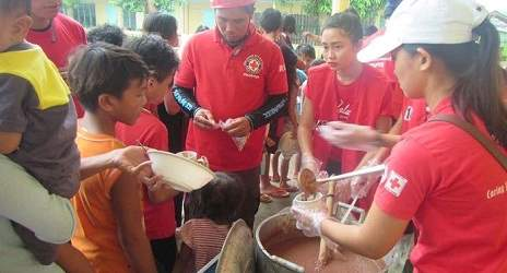 Volunteers of the Philippine Red Cross providing meals to evacuees. Photo credit: Philippine Red Cross