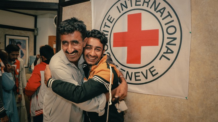 ICRC and PRCS help reunited families of fishermen separated for months. CC BY-NC-ND / ICR
