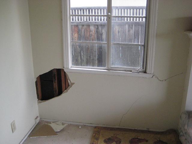 living-room-interior-cracks.jpg