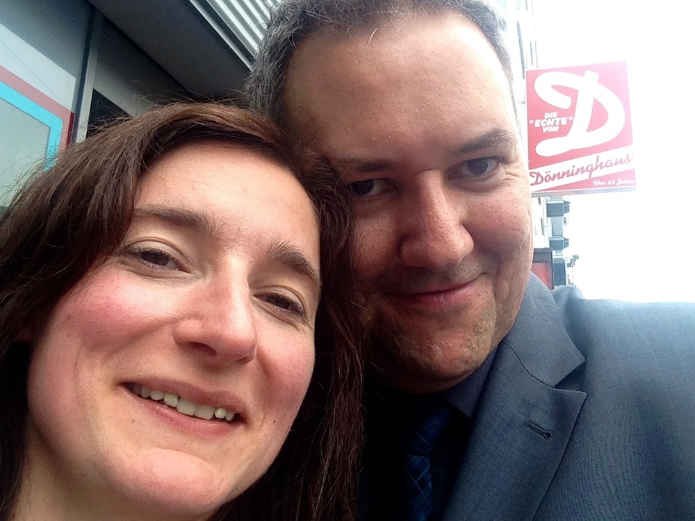 Caroline und Christian vor dem Haus in dem Line 2007 in einer WG wohnte und in der sich die beiden auf einer Party kennenlernten. In dem Haus befindet sich auch die berühmte 'Dönninghaus' Metzgerei.