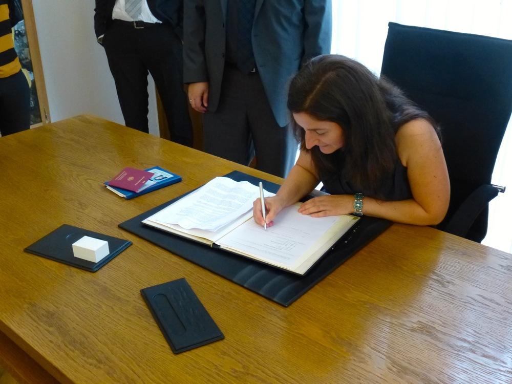 Die Braut unterschreibt.