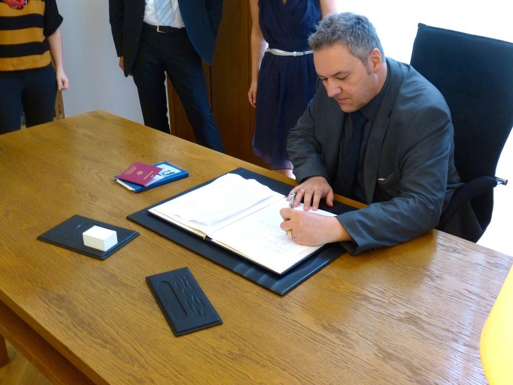 Der Bräutigam unterschreibt.