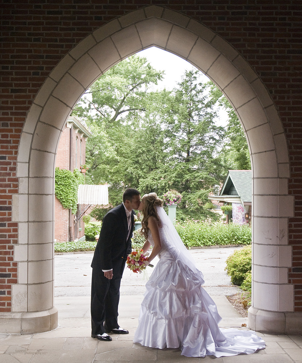 Wedding Arch Kiss 9418.jpg