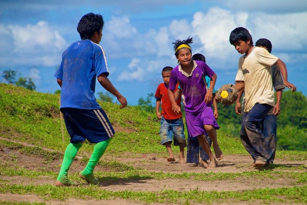 Un grupo de niños —y no tan niños— bribri jugando a fútbol en el cerro Namasol, Costa Rica.
