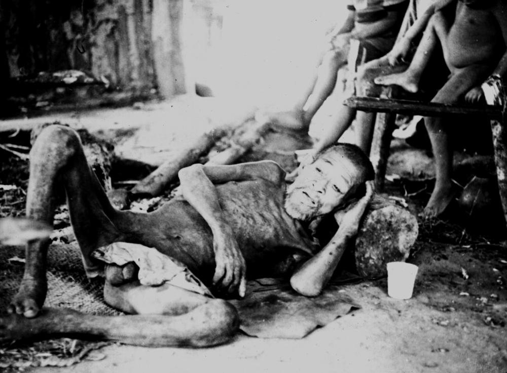 Indígenas achés poco después de ser capturados en el bosque y de ser llevados a la Reserva Aché. Paraguay, 1972. © A. Kohmann/Survival