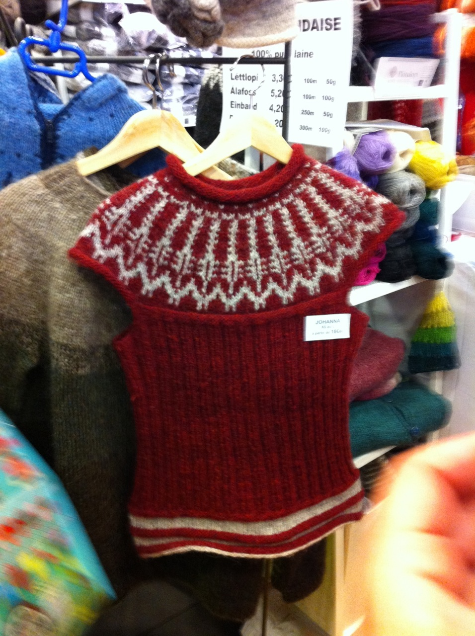This vest in Icelandic Lopi also caught my eye! Next time...