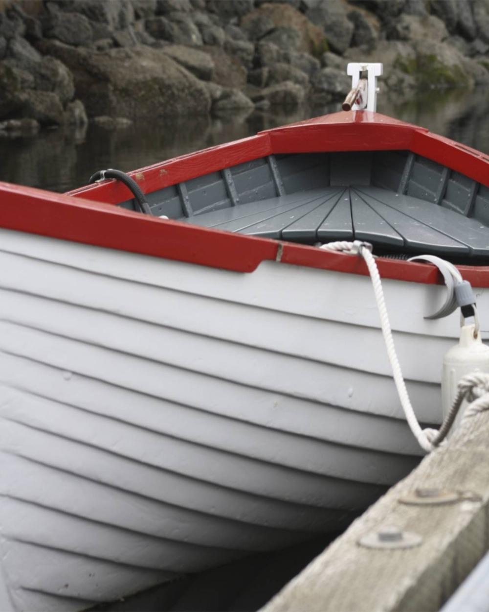 2009-04-19 at 12-40-39 boat rowboat hull curve red rudder.jpg