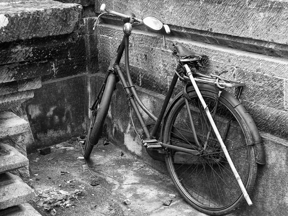 2006-01-06 bali battered bicycle bike cycle indonesia old.jpg