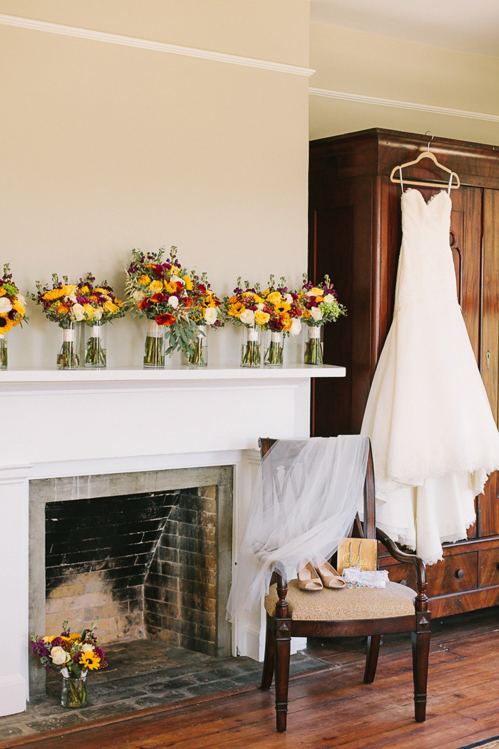 Lindsey_A_Miller_photography_charleston_mcleod_plantation_wedding_row_of_oaks_southern_classic_fall_spanish_moss_historic_home_014.jpg