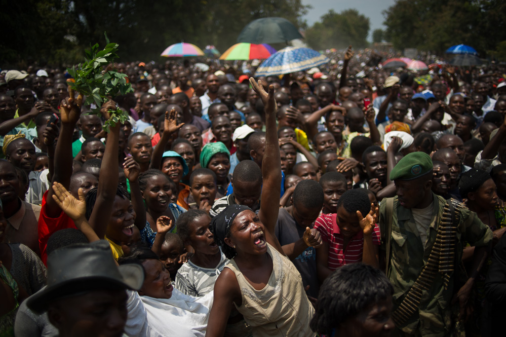 Crowds cheer the governor's arrival in Kiwanja, the day after government forces recaptured the town from M23