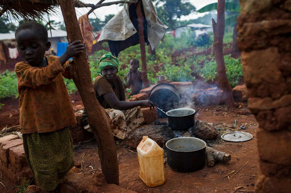 A Burundian refugee cooks in the Nduta refugee camp