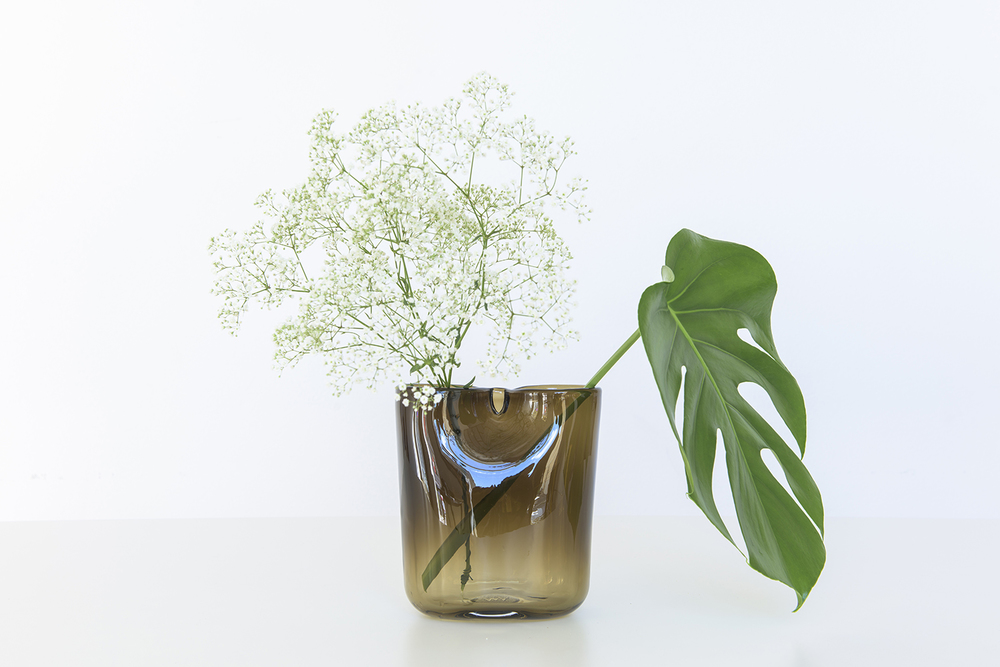 oui_vase_by_kristine_five_melvaer_and_torbjoern_anderssen_for_magnor_glassverk_09.jpg