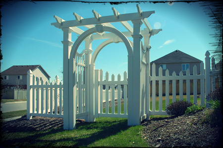 Click through to see our full vinyl fence picture gallery.