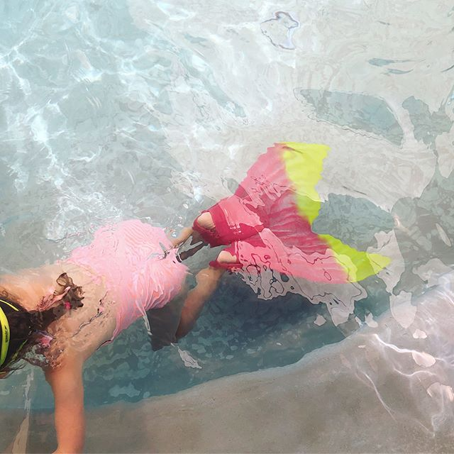 Last day of swim class and she graduated to a mermaid! 🧜🏼‍♀️ Naomi can now swim! I am so proud considering when we started six weeks ago she was terrified of putting her face in the water. Even a splash on her face caused her panic & anxiety. Not anymore! It took us three summers of being patient and using a slow, gentle approach that would ease her in and trusting Jennifer's mindful method! Thank you so much @waterotters 💗 #proudmamapost #conqueringfears #naomimaya