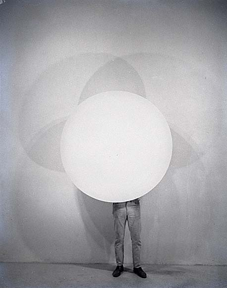 installator :      Robert Irwin , ca. 1967. Photo by Frank J. Thomas. Courtesy of the Frank J. Thomas Archives