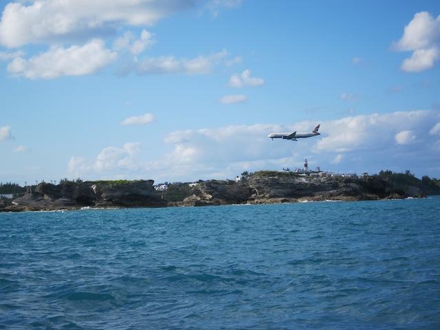 Flygplan kommer in för landning