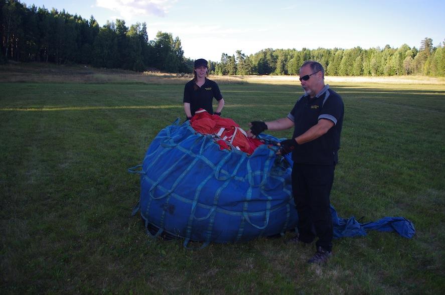 Nu ska ballongen packas upp.