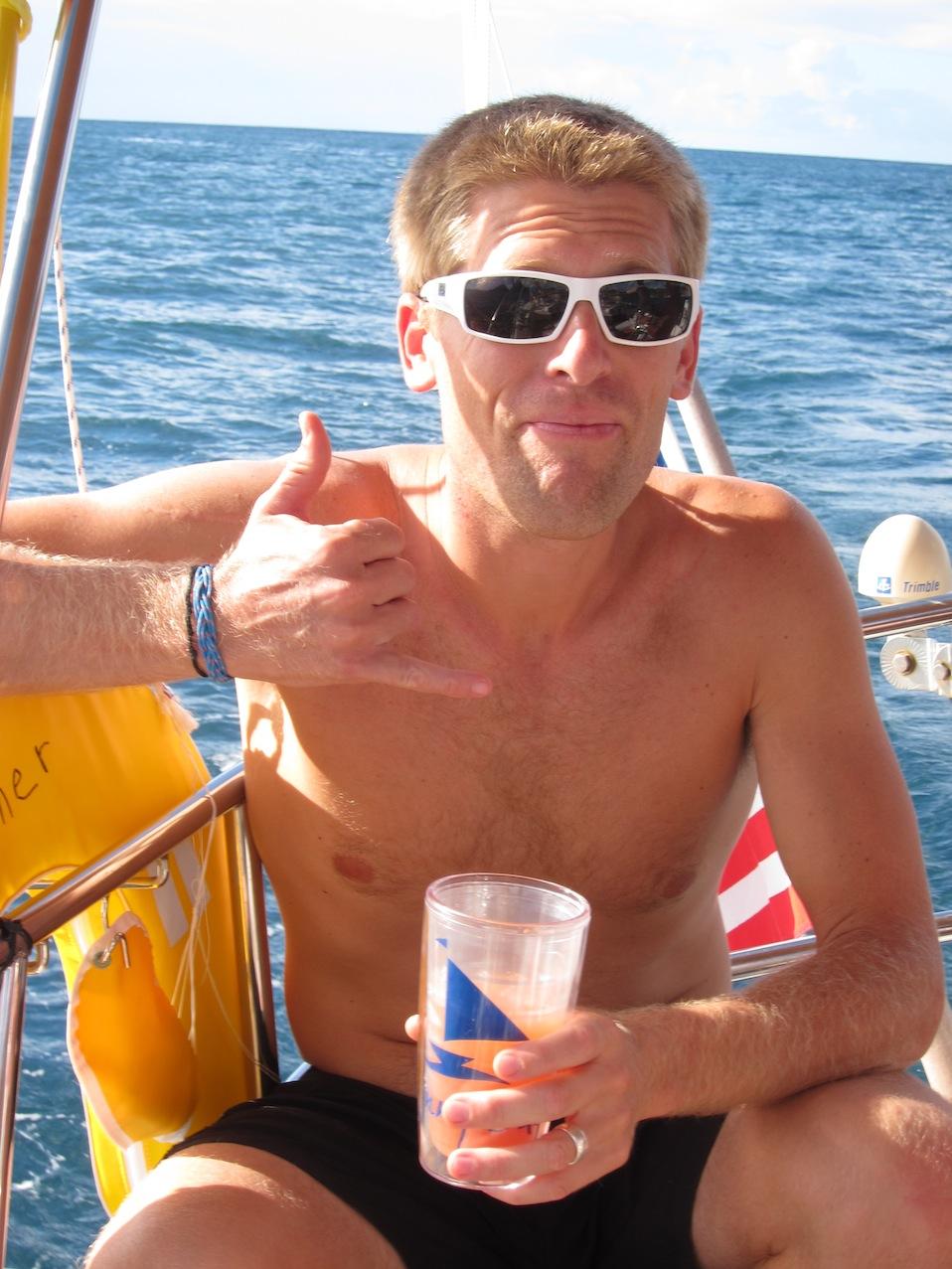 Andy smuttar på en drink under seglingen från Marigot Bay till Soufriere