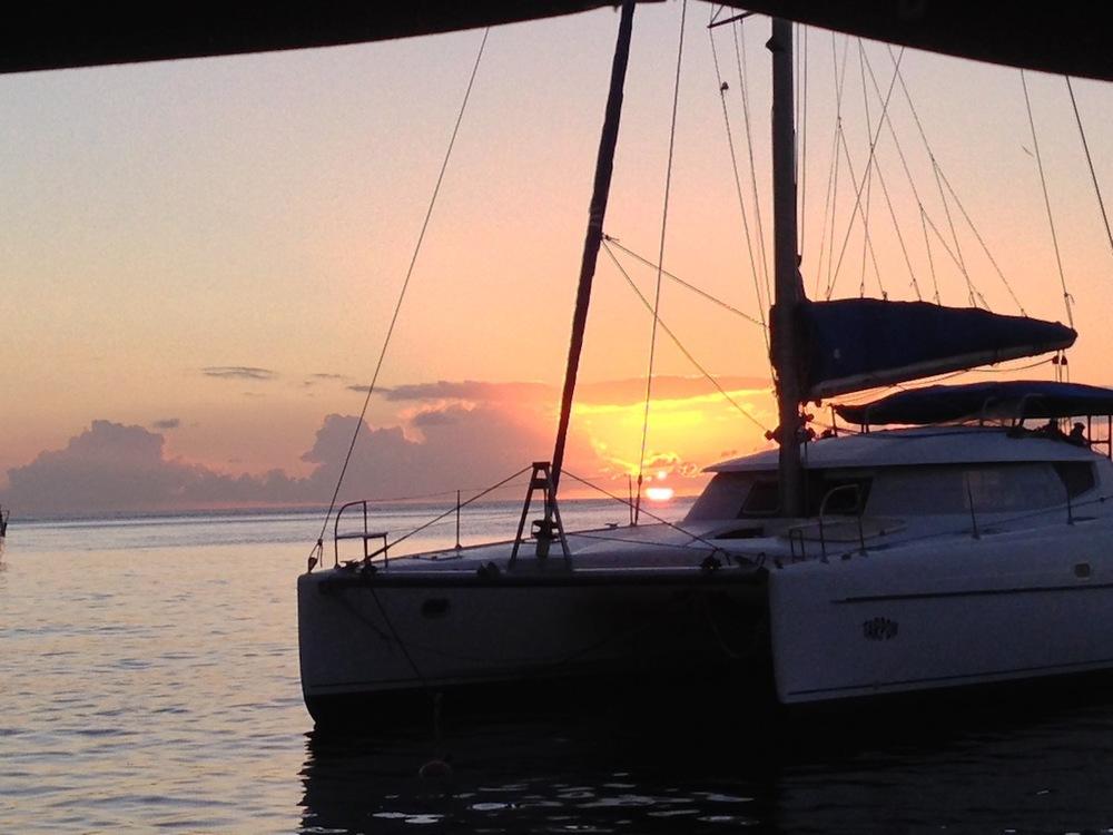 Soufriere - Fin solnedgång, tyvärr en mindre fin katamaran i vägen!