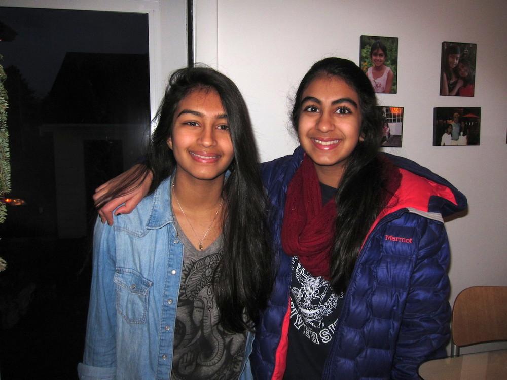 Niki o Anya innan de går till skolan