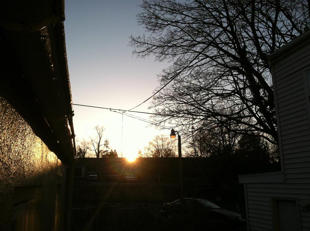Solen går ner bakom träden, på vår bakgård blir det inte någon morgonkaffe i solen, däremot har vi ju eftermiddags o kvällssol vilket inte är helt fel!