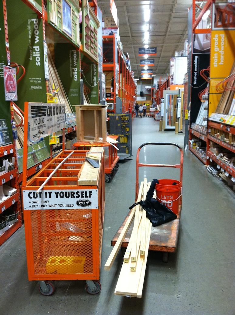 Köper och sågar plankor på Home Depot