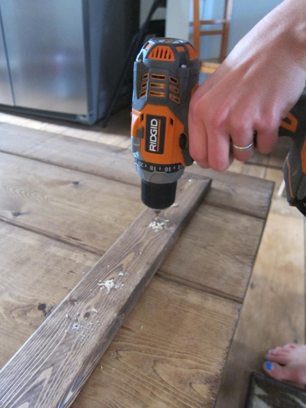 Plankorna skruvas ihop med hjälp av en planka