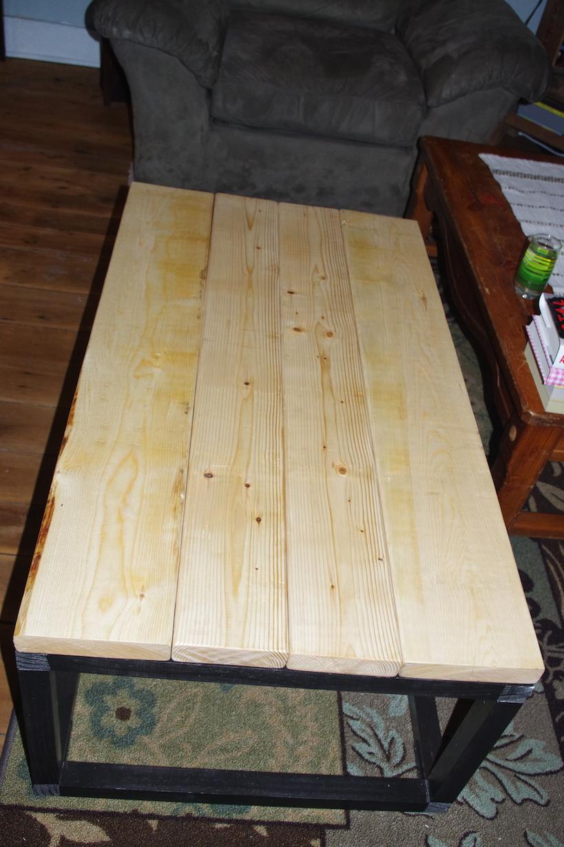 Plankorna som ska bli själva bordet, oslipade och obetsade