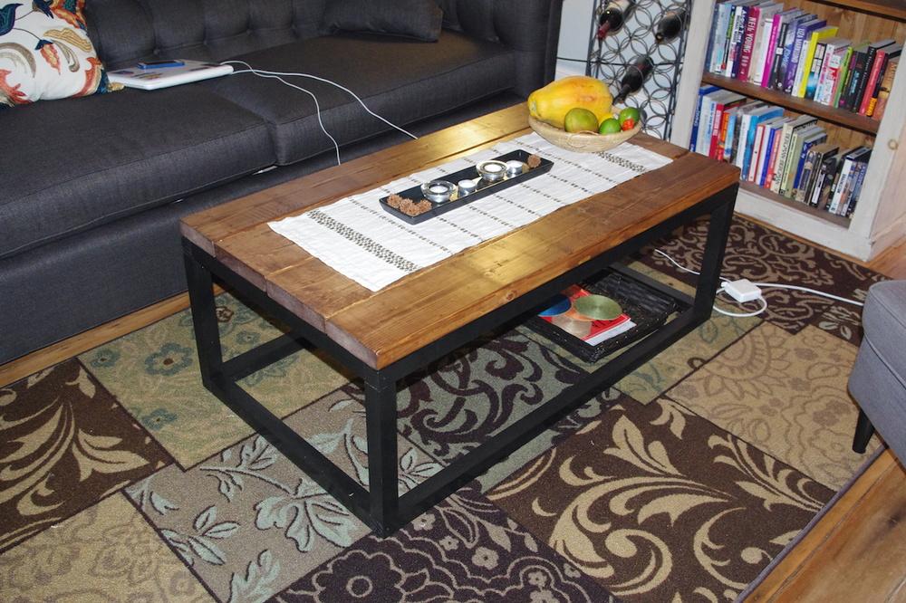 Bordet på plats med nya soffan i bakgrunden