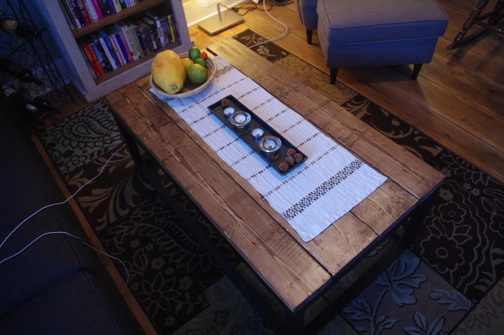 Yey! Mitt nya soffbord, med mormors fina duk!